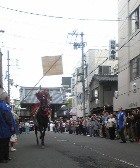 狩装束を着た本駆者が的めがけて走る!